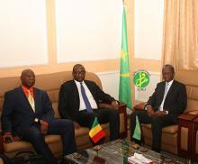 جانب من اللقاء الذي جمع بين وزير الدفاع الموريتاني ونظيره المالي وم أ)