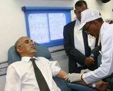 """الوزير الأول يحيى ولد حدمين وهو يتبرع بالدم في انطلاقة """"الأيام الوطنية للتبرع بالدم"""" (وم أ)"""