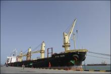إحدى السفن وهي ترسو على الرصيف البحري في ميناء نواكشوط المستقل (أرشيف)