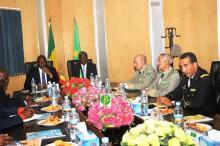 جانب من جلسة المباحثات التي عقدها الجانبان الموريتاني والمالي فيمقر قيادة أركان الجيوش (وم أ)
