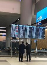 عند لوحة الطيران في مطار إسطنبول