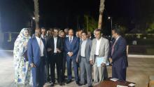صورة من الصحفيين والرئيس بعد نهاية المؤتمر