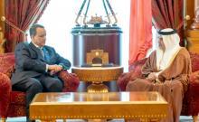 وزير الخارجية إسماعيل ولد الشيخ أحمد لدى تسليمه رسالة لولي العهد البحريني سلمان بن حمد آل خليفة.