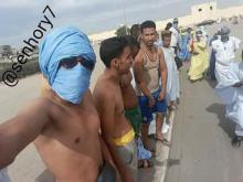 صورة من بعض الشباب المتظاهرين ضد الحادثة (بعدسة أحد الحاضرين)