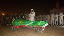 الإمام وخلفه بعض العسكريين خلال الصلاة