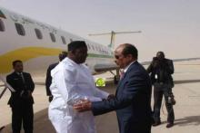الرئيس الغامبي آدما بارو لدى استقباله بمطار نواكشوط الدولي من طرف الرئيس الموريتاني محمد ولد عبد العزيز.