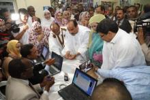 لحظة انتساب الرئيس الموريتاني وزوجه