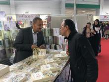 المؤلف خلال معرض تونس