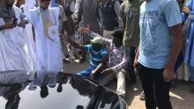 الطلاب أمام سبارة الوزير