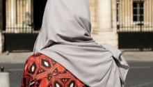 صاحب مطعم فرنسي يرفض تقديم الخدمة لسيدتين مسلمتين