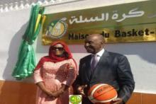 وزيرة الرياضة جينداه محمد المصطفى بال ورئيس الاتحادية الموريتانية لكرة السلة يوسف فال.