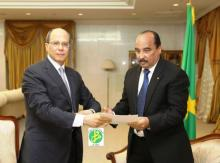السفير المصري خلال تسليمه رسالة لرئيس موريتانيا محمد ولد عبد العزيز (وم أ)