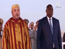 ملك المغرب محمد السادس رفقة الرئيس السنغالي ماكي صال عند استقباله بمطار داكار (السراج)
