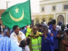 عمال اسنيم المضربين وهم يحتفون بمنضمين جدد إلى الإضراب في ازويرات (السراج)