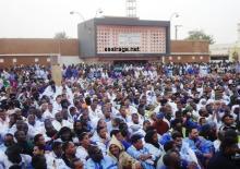 جمهور مهرجان عمال اسنيم المسائي في مدينة ازويرات شمالي موريتانيا (السراج)