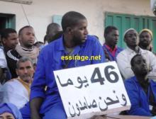 أحد العمال وهو يحمل شعارا يعبر عن طول فترة الإضراب مؤكدا عن صمودهم في وجه كل الضغوط (السراج)