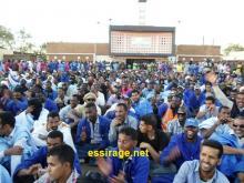 """جانب من تجمهر عمال """"اسنيم"""" المضربين أمام مقر مناديب العمال بساحة الاستقلال في الزويرات (السراج)"""