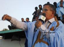 مندوب عمالي بشركة اسنيم في ازويرات محمد ولد آبيلي خلال كلمته مساء الخميس بساحة الاستقلال أمام آلاف العمال المضربين (السراج)