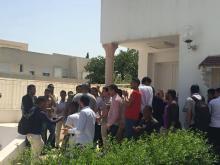 صورةمن الطلاب أمام السفارة