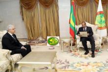 الرئيس محمد ولد عبد العزيز لدى تسلمه الرسالة الخطية من الأمين العام لحزب الاستقلال كمبعوث خاص من العاهل المغربي.