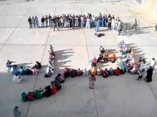 صورة الطلاب وهم يكتبون عبارة الإضراب