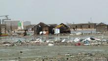 المسكن تغمره المياه وتحيط به النفايات