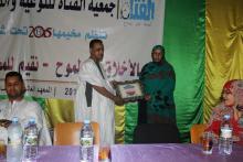 رئية الجمعية تقدم تكريما لمدير المعهد