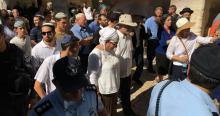 مستوطنون يقتحمون باحات المسجد الأقصى بحماية شرطية كبيرة