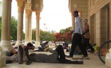 العديد من المتسولين يستلقون نائمين على أحد مداخل المسجد الجامع وسط نواكشوط متقين رمضاء اليوم ويزاولون مهنتهم (السراج)