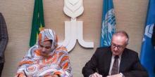 السفيرة منت أوفي خلال توقيع الاتفاقية