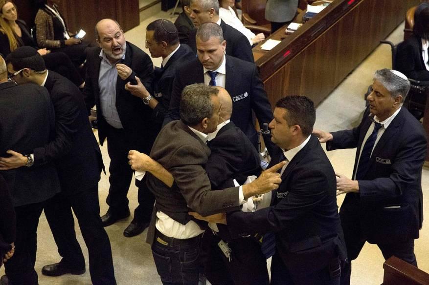 خلال طرد النواب من القاعة (صور شهاب )